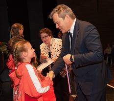 Oberbürgermeister Dr. Thomas Spies gratulierte den Turnerinnen des TSV Ockershausen zu ihren sportlichen Erfolgen.©Melanie Weiershäuser, i.A.d. Stadt Marburg