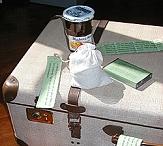 Ein alter Koffer, auf dem sich verschiedene Gegenstände mit Hinweisen befinden.©Universitätsstadt Marburg