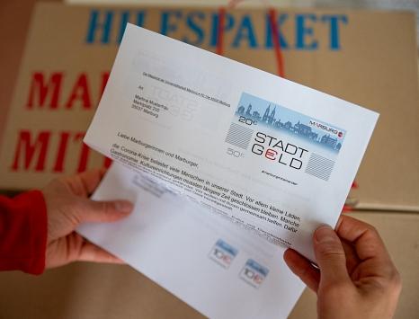 """Das ist der Brief mit dem """"Stadt-Geld""""-Gutschein, der Anfang der Woche an alle Marburgerinnen und Marburger verschickt wird.©Patricia Grähling, Stadt Marburg"""