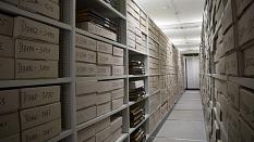 Mehrere Regale im Stadtarchiv. In diesen Regalen befinden sich Kartons, die archivierte Akten enthalten.©Stadt Marburg / Anna Wippermann