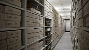 Mehrere Regale im Stadtarchiv. In diesen Regalen befinden sich Kartons, die archivierte Akten enthalten.