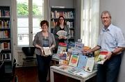 Mehr Platz für Präsentation: Stadträtin Dr. Kerstin Weinbach (Mitte), Fachdienstleiter Stadtbücherei Jürgen Hölzer (r.) und Stellvertreterin Cornelia Wiegand (l.) stellten die aktuellen Angebote der Stadtbücherei vor.