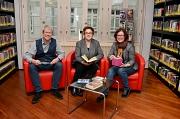 """Das klassische Medium Buch, Hörbücher oder """"Tonies"""" – die Stadtbücherei ist ein modernes Medienzentrum, das sich nach wie vor großer Beliebtheit erfreut. Stadträtin Kirsten Dinnebier (Mitte) stellte gemeinsam mit Bibliotheksleiter Jürgen Hölzer und seiner"""