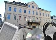 Außenansicht der Stadtbücherei als Collage mit Buch, E-Book-Reader, Kopfhörer, CD