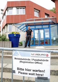 Vor dem Gebäude in der Frauenbergstraße hilft ein Sicherheitsdienst bei der Orientierung.©Birgit Heimrich, Stadt Marburg