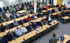 Rund 70 Zuhörerinnen und Zuhörer verfolgten die Diskussion über Flüchtlingspolitik an Europas Grenzen.©Gesa Coordes, Stadt Marburg