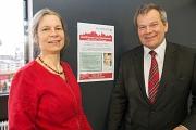 """Oberbürgermeister Dr. Thomas Spies und Dr. Petra Engel, Fachdienstleiterin Altenplanung, werben für das Stadtforum """"Gut Älterwerden in Marburg"""". Dort wird das neue Konzept der Altenplanung vorgestellt."""
