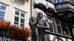 """Die Marburger Kulturwissenschaftlerin Marita Metz-Becker bietet erneut eine Stadtführung an und nimmt Interessierte mit auf eine Reise durch """"800 Jahre Marburger Frauengeschichte""""."""