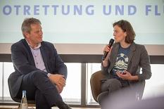 Im Interview berichtet die Ärztin Ruby Hartbrich Oberbürgermeister Dr. Thomas Spies von ihren Erlebnissen im Einsatz in der Seenotrettung auf der Sea-Watch.©Patricia Grähling, Stadt Marburg