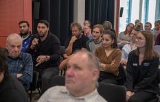 """Fragen stellen, Erlebnisse aus dem eigenen Alltag berichten und miteinander ins Gespräch kommen konnten die Gäste des ersten """"Marburger Stadtgesprächs"""".©Patricia Grähling, Stadt Marburg"""