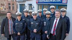 Bürgermeister und Ordnungsdezernent Wieland Stötzel (2.v.r.) und Christian Prölß, Fachdienstleiter Sicherheit und Verkehrsüberwachung (links) stellen das Team der Stadtpolizei vor.