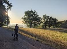 Radfahrer im Feld vor Windrad©Olaf Kirsch
