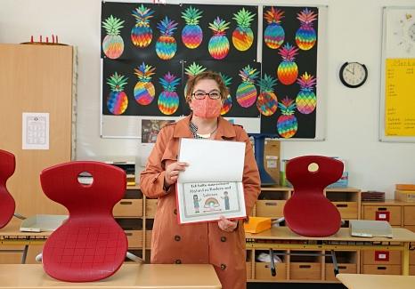 Stadträtin Kirsten Dinnebier hat unter anderem die Waldschule Wehrda besucht. Mit Schildern wie diesem werden die Kinder der Notbetreuung für die Corona-Maßnahmen sensibilisiert.©Thomas Steinforth, Stadt Marburg