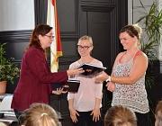 Stadträtin Dr. Kerstin Weinbach (links) übergibt den beiden Betreuerinnen Petra Klancisar und Sabina Miklavcic ein Buch über Marburg.