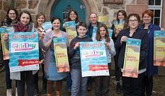 Stadträtin Kirsten Dinnebier (2. von rechts) stellt gemeinsam mit Mitarbeiterinnen und Mitarbeitern der Jugendförderung und des Gleichberechtigungsreferats sowie Teilnehmerinnen und Teilnehmern aus den vergangenen Jahren das Programm für den Girls` Day un©Stadt Marburg, Patricia Grähling