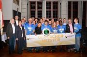 Stadträtin Kirsten Dinnebier (3.v.l.) zeichnete die erfolgreichen Spieler*innen und Trainer der Sportfreunde Blau-Gelb Blista Marburg mit der Silbernen Sportplakette der Stadt Marburg aus.