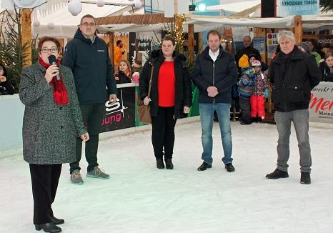 Stadträtin Kirsten Dinnebier bedankte sich gemeinsam mit Björn Backes, Leiter des Fachdienstes Sport (v. l.), und Adi Ahlendorf (r.) bei Ehepaar Kempf für die Zuwendung in Höhe von 8000 Euro für den Eispalast.©Universitätsstadt Marburg