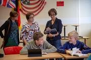 Stadträtin Kirsten Dinnebier (hinten, mitte) und Santina Poetsch, Fachdienstleitung Schule (links), lassen sich von Gabi Linke zeigen, wie sie das Tablet im Unterricht nutzt.