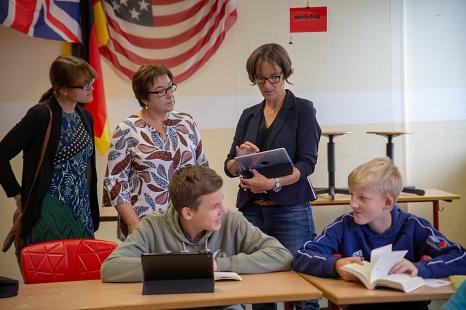 Stadträtin Kirsten Dinnebier (hinten, mitte) und Santina Poetsch, Fachdienstleitung Schule (links), lassen sich von Gabi Linke zeigen, wie sie das Tablet im Unterricht nutzt.©Stadt Marburg, Patricia Grähling