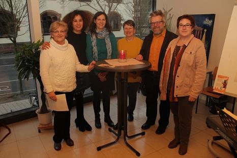 """Stadträtin Kirsten Dinnebier (rechts) eröffnete die Ausstellung gemeinsam mit den Mitgliedern des Arbeitskreises """"Galerie 36"""" (v. l.) Maria Swaczyna, Halise Adsan, Manuela Rödiger, Beatrice Rösner und Reinhold Laub.©Stadt Marburg, i. A. Heiko Krause"""