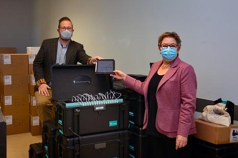 Stadträtin Kirsten Dinnebier und Nico Anastasio, Leiter des Medienzentrums, packen die neuen iPad-Koffer, die derzeit an die Marburger Schulen ausgeliefert werden.©Nadja Schwarzwäller i.A.d. Stadt Marburg