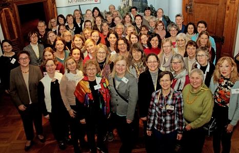 """Stadträtin Kirsten Dinnebier (vorne links) empfing die Teilnehmerinnen des """"Hexentreffens"""" im Rathaus.©Heiko Krause i.A.d. Stadt Marburg"""