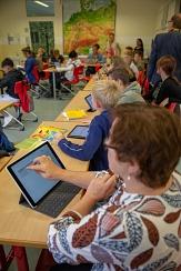 Stadträtin Kirsten Dinnebier (vorne) testet den Unterricht mit Tablet in einer 8. Klasse der Richtsberg-Gesamtschule selbst aus.©Stadt Marburg, Patricia Grähling