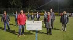 Stadträtin und Sportdezernentin Kirsten Dinnebier (vorne rechts) übergab gemeinsam mit Björn Backes, Leiter des Fachdienstes Sport (2. v. r.), einen Förderbescheid an den Vorsitzenden des Sportvereins Bauerbach, Edmund Euker (vorne links).