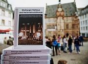 Die neue Stadtschrift ist fertig. Ihr Titelbild zeigt den Aufmarsch vor dem Marburger Rathaus am 1. März 1935 zur Eingliederung des Saarlandes.