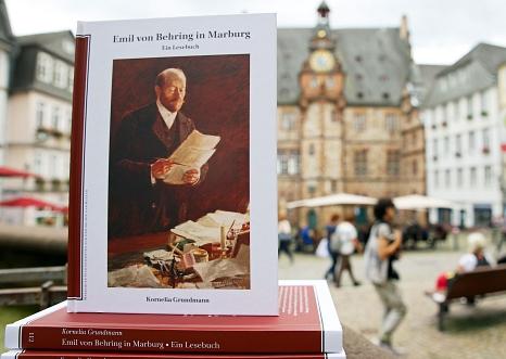 """Das Lesebuch """"Emil von Behring in Marburg"""" war ausverkauft, der städtische Rathaus-Verlag hat es nun nachgedruckt.©Birgit Heimrich, Stadt Marburg"""