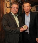 Für sein herausragendes ehrenamtliches Engagement im Sport erhielt Peter Schmidt an seinem 60. Geburtstag aus den Händen von Oberbürgermeister Dr. Thomas Spies das Historische Siegel der Stadt.