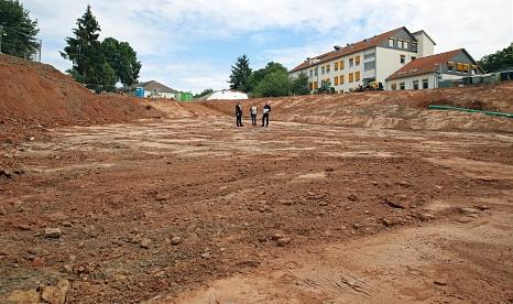 Zwei Drittel des Geländes wurde bis auf den Fels abgetragen. Der aufgeschüttete Untergrund hätte keine Gebäude tragen können: OB Spies mit Stefanie Kempf und Kai Heyd vom Bauamt bei einer Ortsbegehung.©Birgit Heimrich, Stadt Marburg