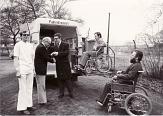 Foto von dem ersten Behindertenfahrzeug mit Rollstuhlfahrer und Sozialdezernent Dr. Gert Dahlmanns©Universitätsstadt Marburg, Rainer Kieselbach