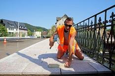 Steinmetz David Haschke ist einer der Männer der ersten Stunde auf der Brückenbaustelle. Er verlegt aktuell die Gehwegplatten und hat über viele Monate mit seinen Kollegen die historischen Sandsteine restauriert, ausgebessert oder komplett ersetzt – der z©Birgit Heimrich, Stadt Marburg
