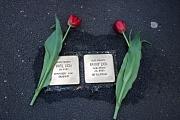 2 Stolpersteine zum Gedenken an die Verbrechen der NS-Zeit, links und rechts daneben jewils eine rote Tulpe.