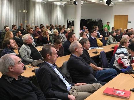 Vor rund 200 Bürgerinnen und Bürgern stellen Prof. Dr. Eckart Conze und seine Mitarbeiter erstmals öffentlich die Ergebnisse ihrer Forschung vor, welche die Stadtverordnetenversammlung in Auftrag gegeben hat.©Stadt Marburg, Sabine Preisler