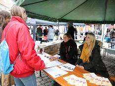 Studierende kommen am Stand der Ausländerbehörde über die Tätigkeiten des Fachdienstes gemeinsam ins Gespräch.©Stefanie Profus, Stadt Marburg