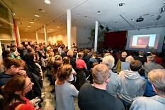 Auch im vollbesetzten Foyer hören noch Menschen dem Vortrag zu.©Georg Kronenberg