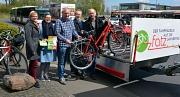 Vom 2. Mai bis Oktober können Radfahrer bequem mit der Fahrradbuslinie F7 der Stadtwerke von der Innenstadt auf die Lahnberge fahren. Für die gute Sache werben (v.l.) Katharina Grieb, Radverkehrsbeauftragte Stadt Marburg, Birgit Stey, Geschäftsführerin St