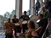 Die Trommelgruppe Kimba-Djimba brachte Rhythmus und jede Menge gute Laune ins Erwin-Piscator-Haus.