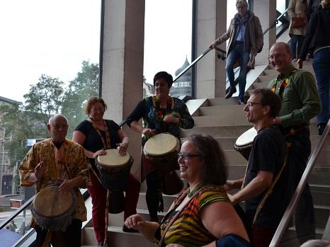 Die Trommelgruppe Kimba-Djimba brachte Rhythmus und jede Menge gute Laune ins Erwin-Piscator-Haus.©Stadt Marburg, Philipp Höhn