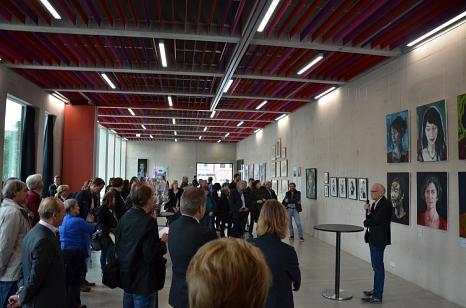"""Die Vernissage zur Ausstellung """"pARTnerSTAEDTE"""" von Julia Kneise aus Eisenach und Richard Stumm (r.) aus Marburg war ein Höhepunkt des Tages. Die Kunstwerke sind ab sofort täglich in der Biegenstraße zu sehen.©Stadt Marburg, Philipp Höhn"""