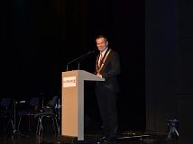 Oberbürgermeister Dr. Thomas Spies begrüßte zum Tag der kulturellen Vielfalt und der Deutschen Einheit auch Delegationen aus den Marburger Partnerstädten Eisenach und Poitiers im gut gefüllten Großen Saal des Erwin-Piscator-Hauses.