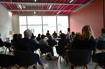Auf dem Bunten Sofa nahmen Marburger Bürgerinnen und Bürger Platz, um mehr über die Situation von zugewiesenen Geflüchteten, ausländischen Studierenden oder ehrenamtlichen Helferinnen und Helfern zu erfahren.