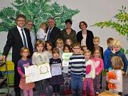 """Als """"Haus der kleinen Forscher"""" ist die Kita Michelbach erneut ausgezeichnet worden. Darüber freuten sich (von links): Bürgermeister Dr. Franz Kahle, IHK-Projektleiterin Kerstin von Heemskerck, der stellvertretende Hauptgeschäftsführer der IHK Kassel-Marb"""