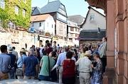 Rund 80 Interessierte wollten bei der Führung entlang der Marburger Stadtmauern etwas zur Historie der Stadt und zum Denkmalschutz erfahren. Weitere Rundgänge folgten.