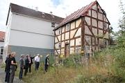 Die Beteiligten machten sich nach Vertragsunterzeichnung in Dilschhausen ein Bild vor Ort im denkmalgeschützten ehemaligen Tagelöhnerhaus.