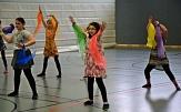 Mehrere Mädchen tanzen mit bunten Chiffon-Tüchern.©Universitätsstadt Marburg