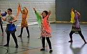 Mehrere Mädchen tanzen mit bunten Chiffon-Tüchern.