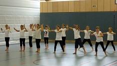Eine Gruppe Mädchen bei einer Performance in einer Turnhalle.©Universitätsstadt Marburg